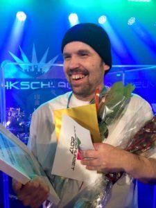 glad Kenneth med blommor