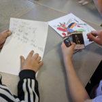 Elever jämför kortens text med sina egna beskrivningar.