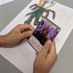 Elev visar Lord Jord, förlaga och det färdiga kortet.