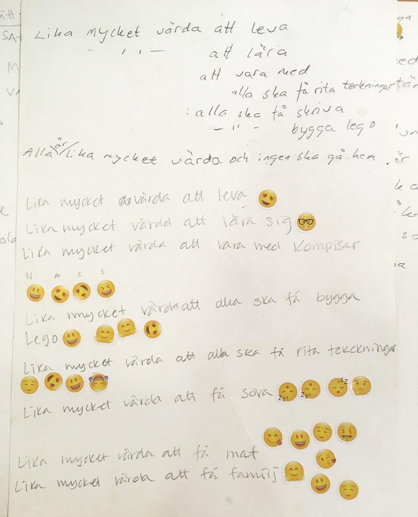 skrivet tal på papper med emoji klistermärken